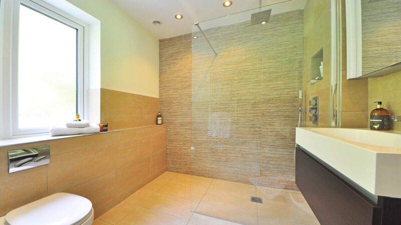 Piatto doccia o filo pavimento: quale soluzione scegliere?